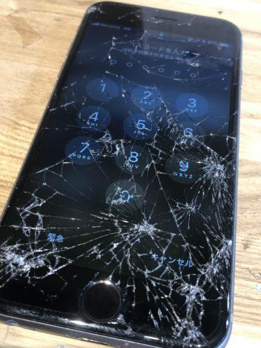 iPhone8 画面がバキバキに割れてしまった!!