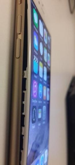 iPhoneの画面が浮き上がってる
